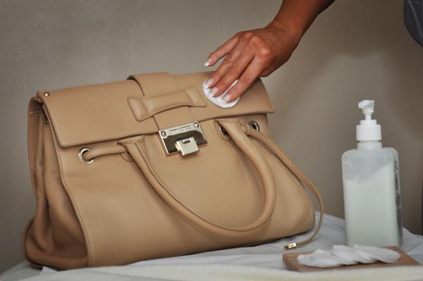 lau chùi da bằng vải sạch hoặc khăn ẩm