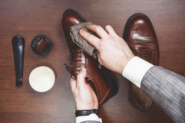 dùng xi đánh giày để loại bỏ vết bẩn