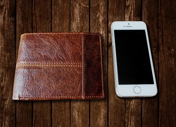 ví da màu nâu giúp tích lũy tiền bạc
